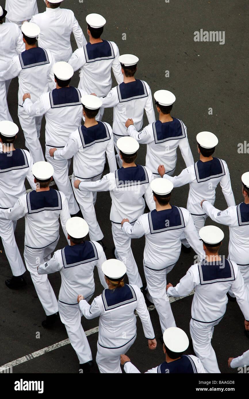 Ansicht von oben, wie Mitglieder der australischen Marine durch die Straßen von Sydney, Australien marschieren Stockbild