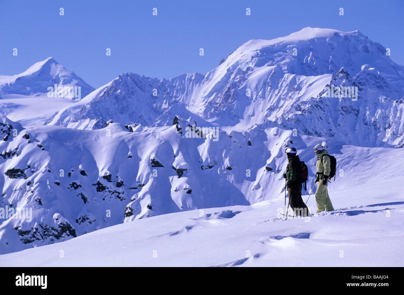 Mann und Frau genießen die Aussicht in die Tordrillo, Alaska. Stockbild