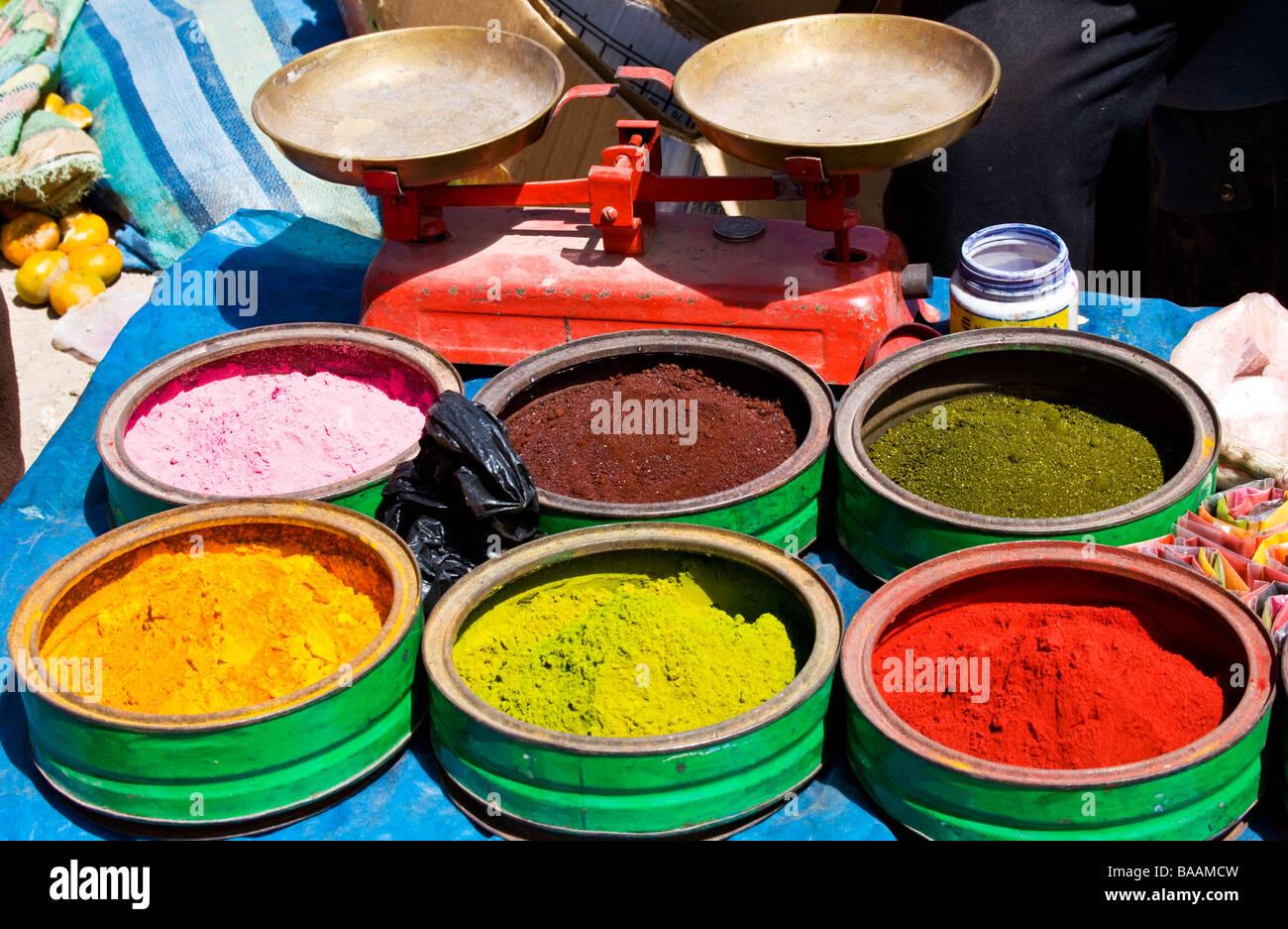 Bunte Naturfarbstoff Pulvern auf einen Stall in Chinchero Markt Peru Südamerika Stockbild