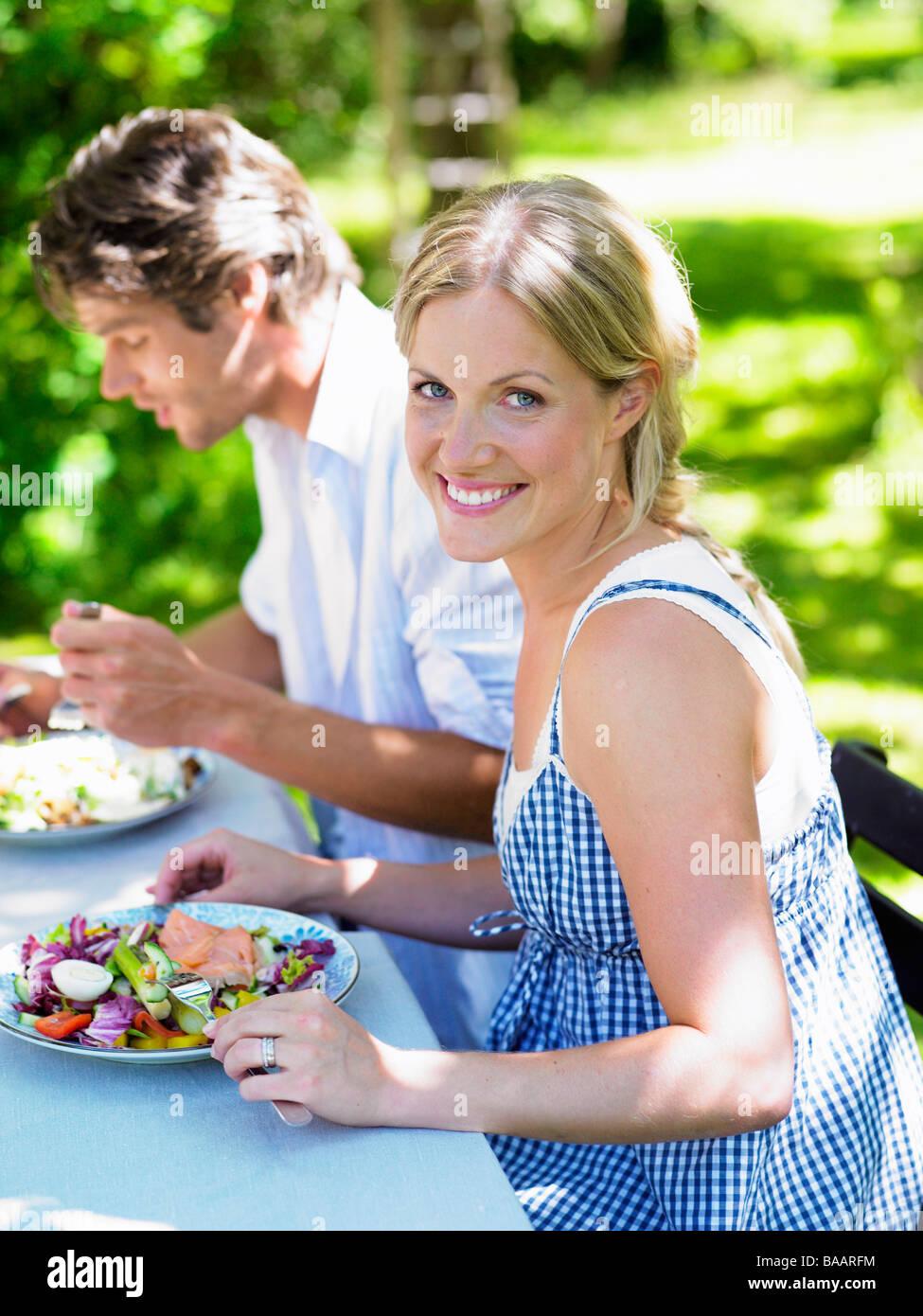 Paar beim Abendessen im Garten, Stockholm, Schweden. Stockbild