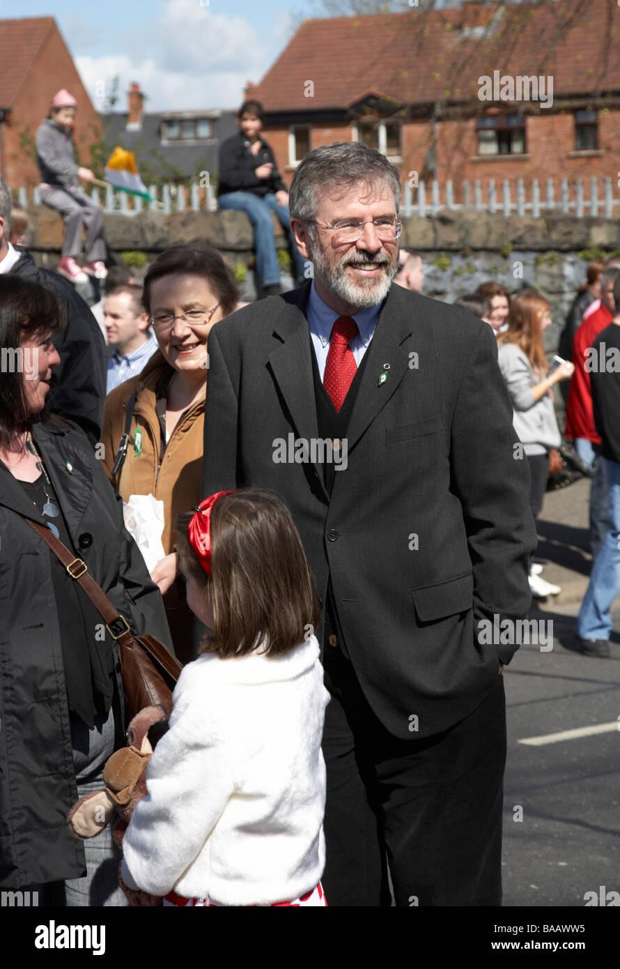 Sinn Féin Präsident Gerry Adams und MEP Bairbre De Brun am Ostersonntag teilnehmen an der Easter Rising Stockbild
