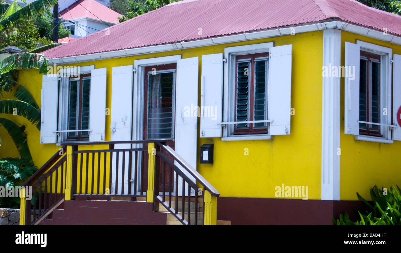 Traditionelles Haus Mit Fensterladen Und Rote Dose Gelb Dach