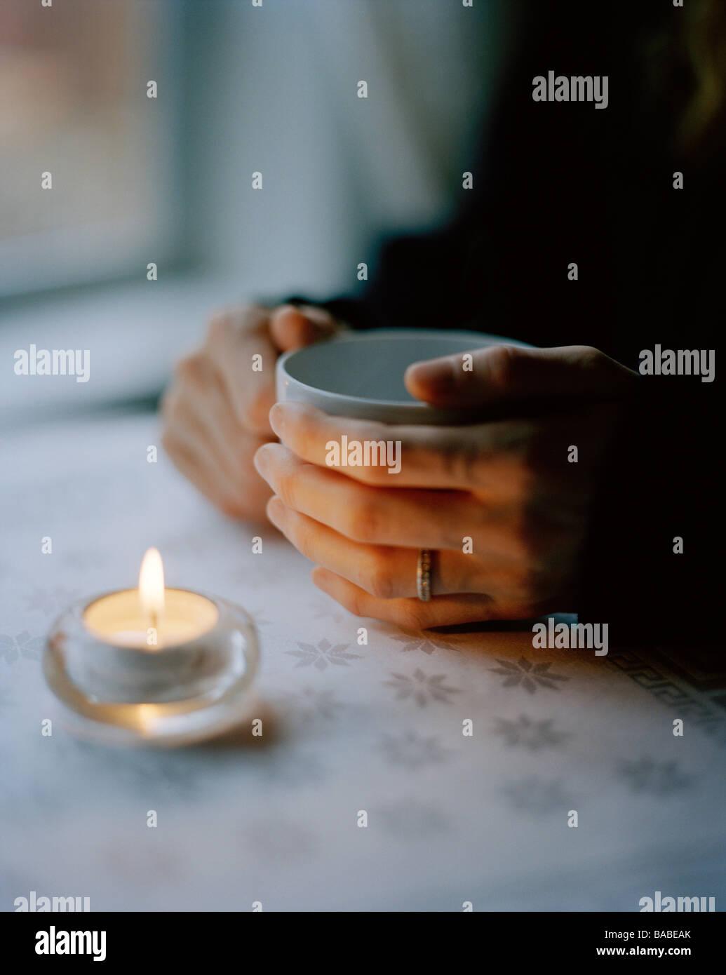Eine Frau mit einer Tasse Tee Schweden Stockbild