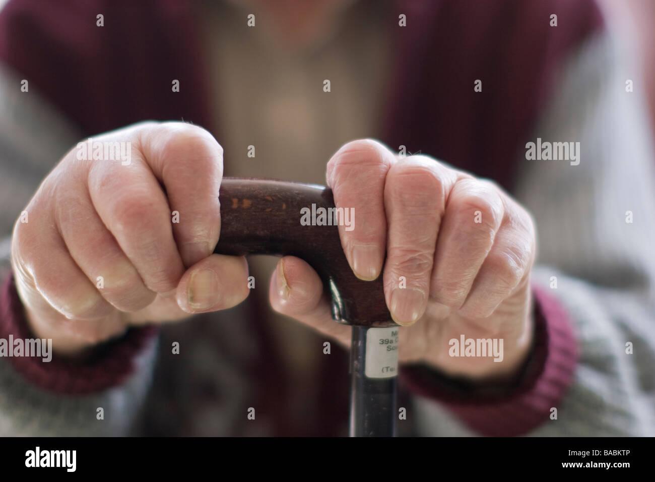 ältere Mann Oap Alter Rentner Händen umklammert Gehstock zu Hause Stockbild
