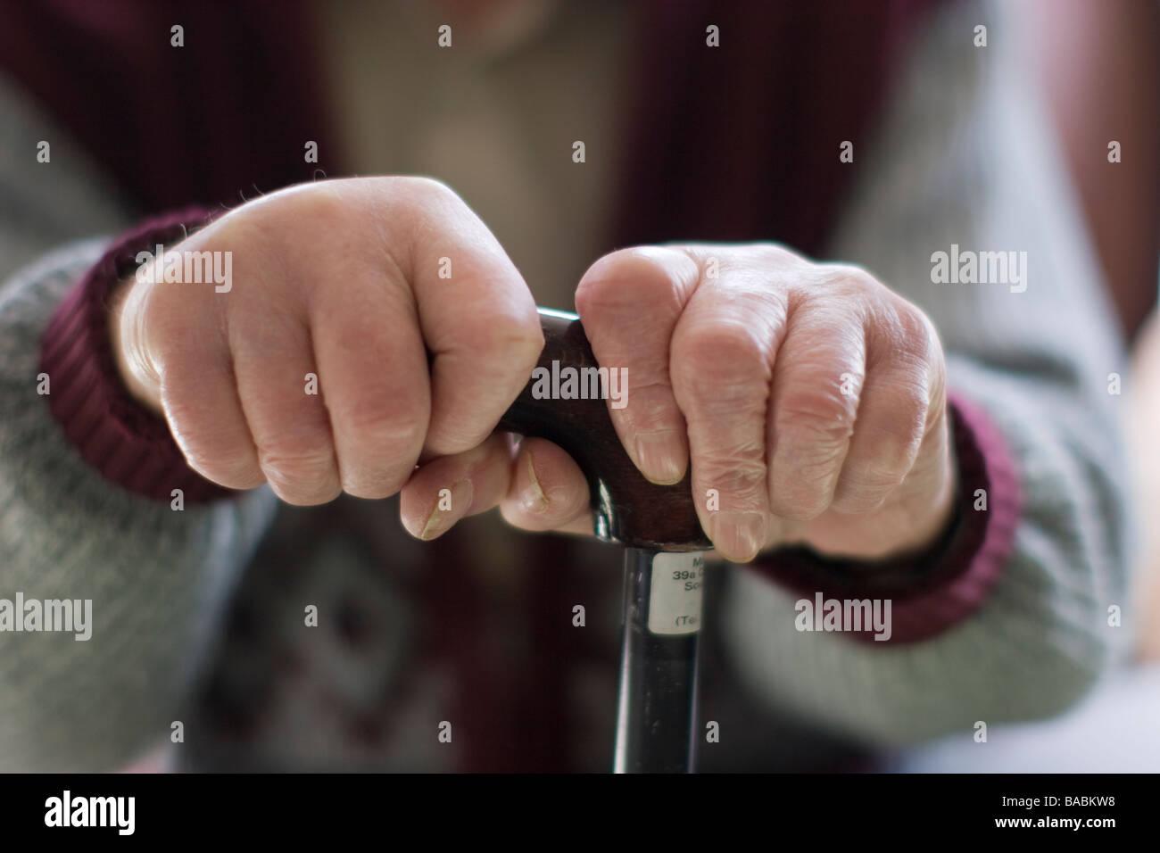 ältere Mann Oap Alter Rentner Händen umklammert Gehstock zu Hause sitzend Stockbild