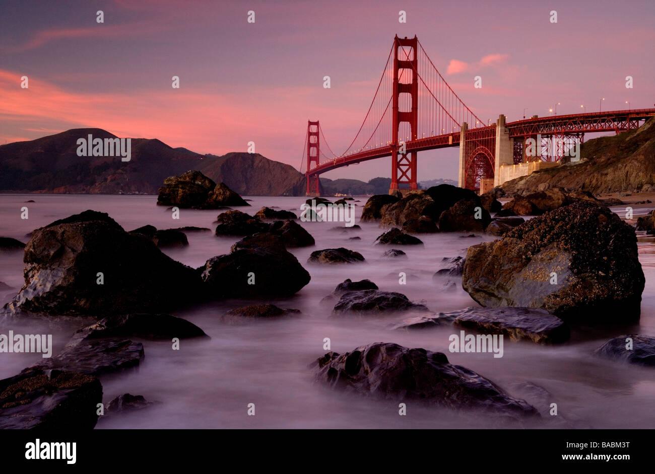 Golden Gate Brücke gesehen von Baker Beach bei Sonnenuntergang, San Francisco, USA. Stockbild