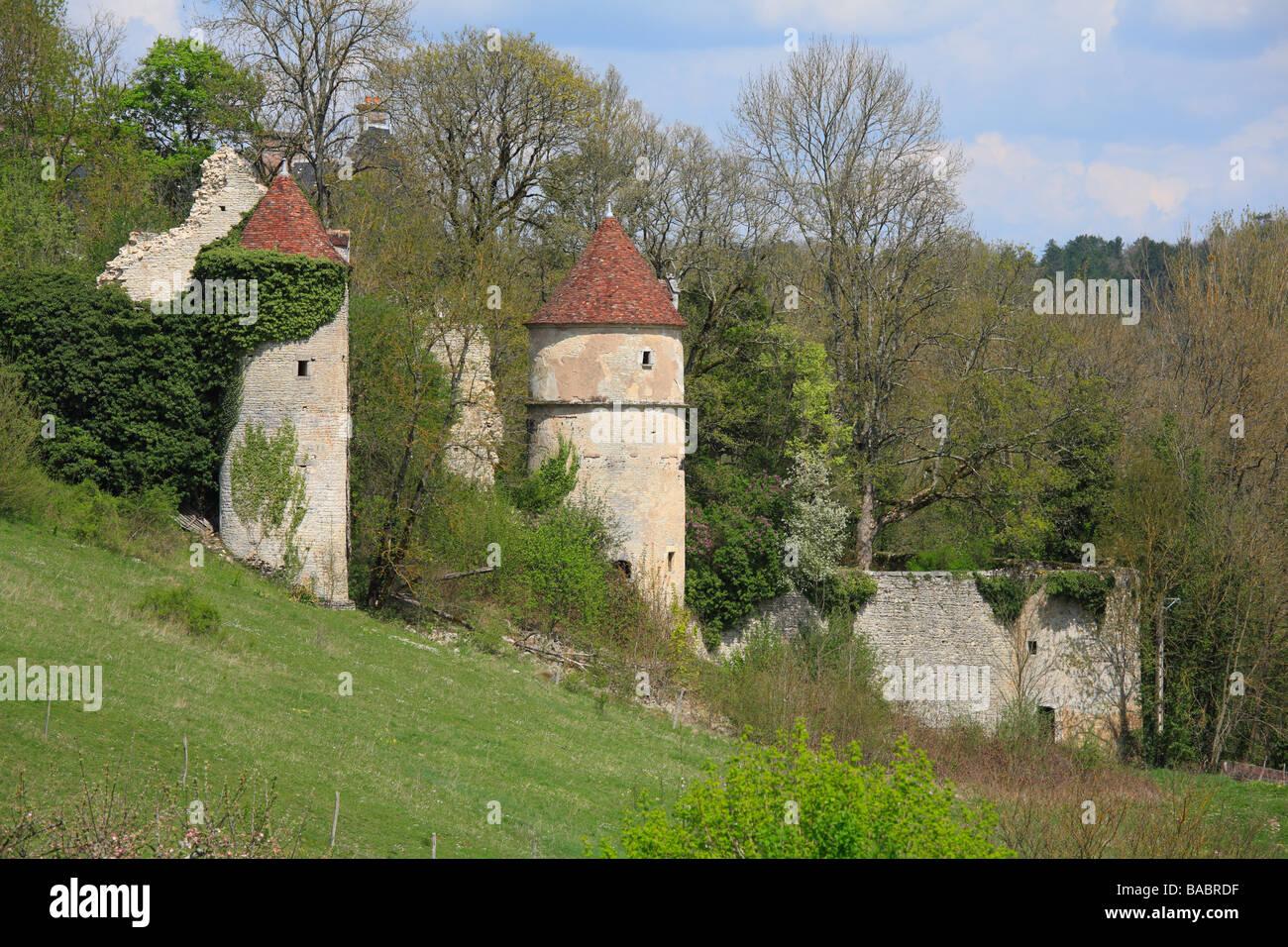 Ruinen des mittelalterlichen Schlosses in der Nähe von Chastenay, Arcy Sur Cure in Burgund, Frankreich Stockbild