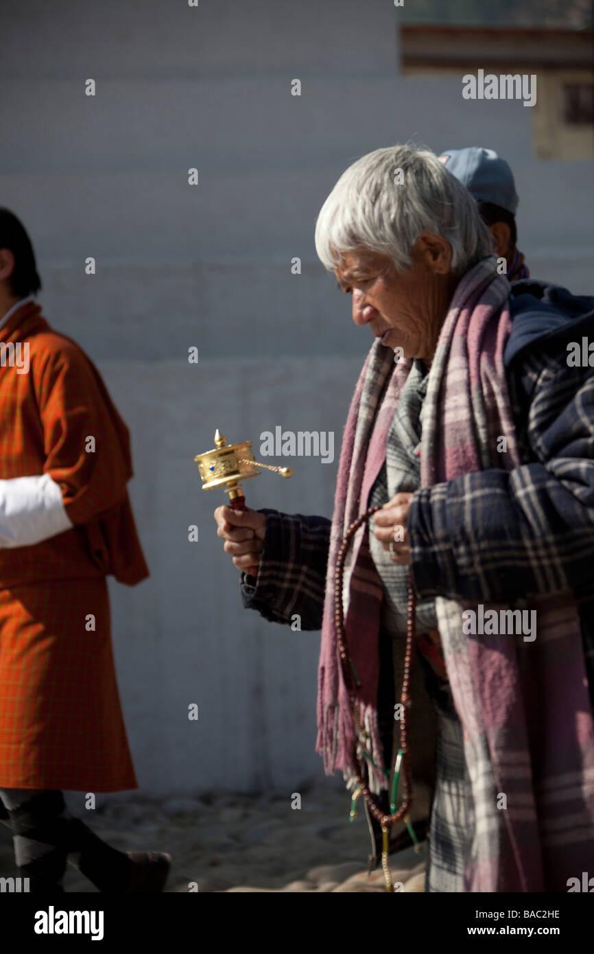 Bhutanse Womanan beten herumlaufen Memorial Chorten Thimpu Bhutan vertikale 90942_Bhutan-Thimphu Stockbild