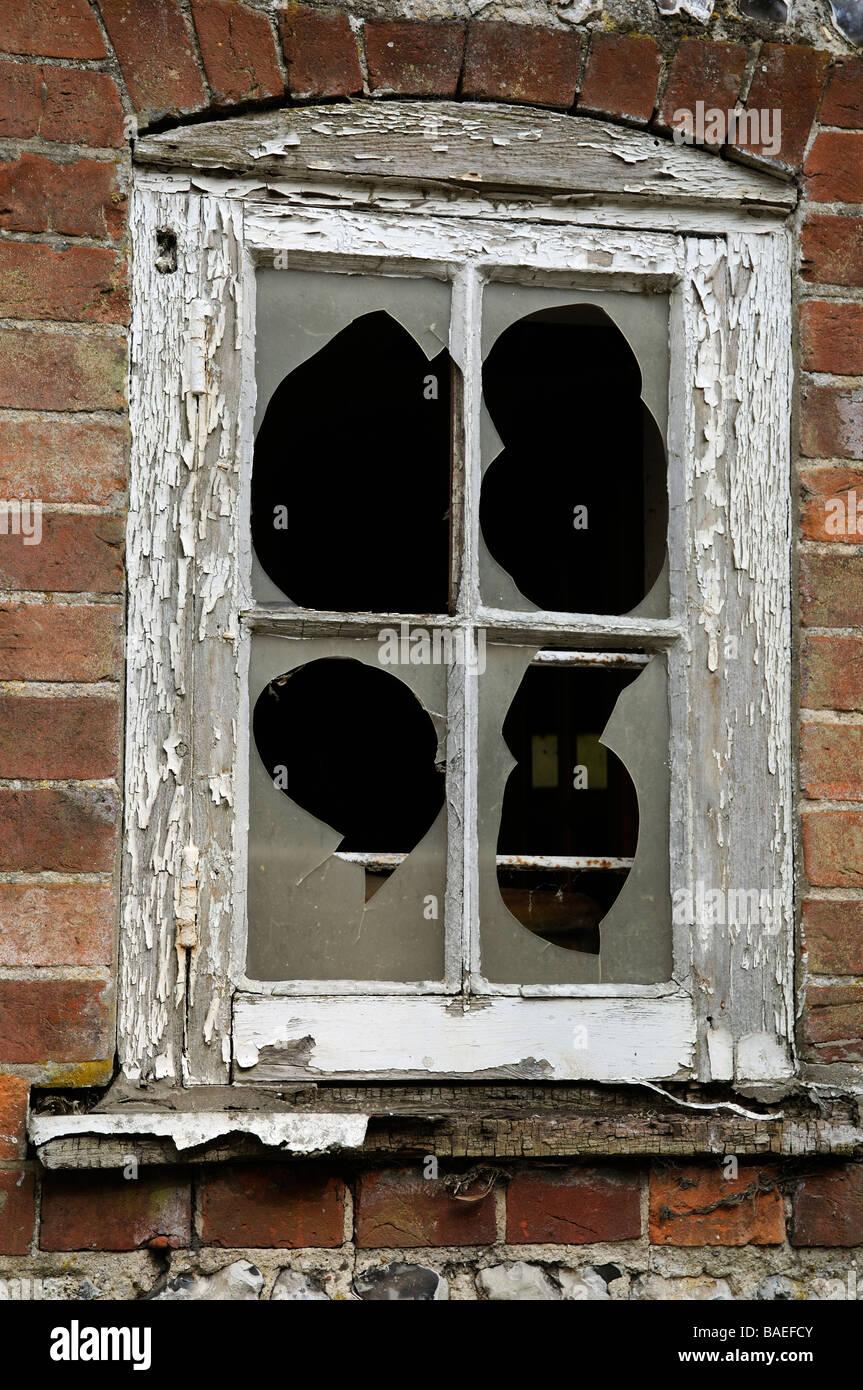 Zerbrochene Fenster und Fensterrahmen mit peeling-Lackierung ...