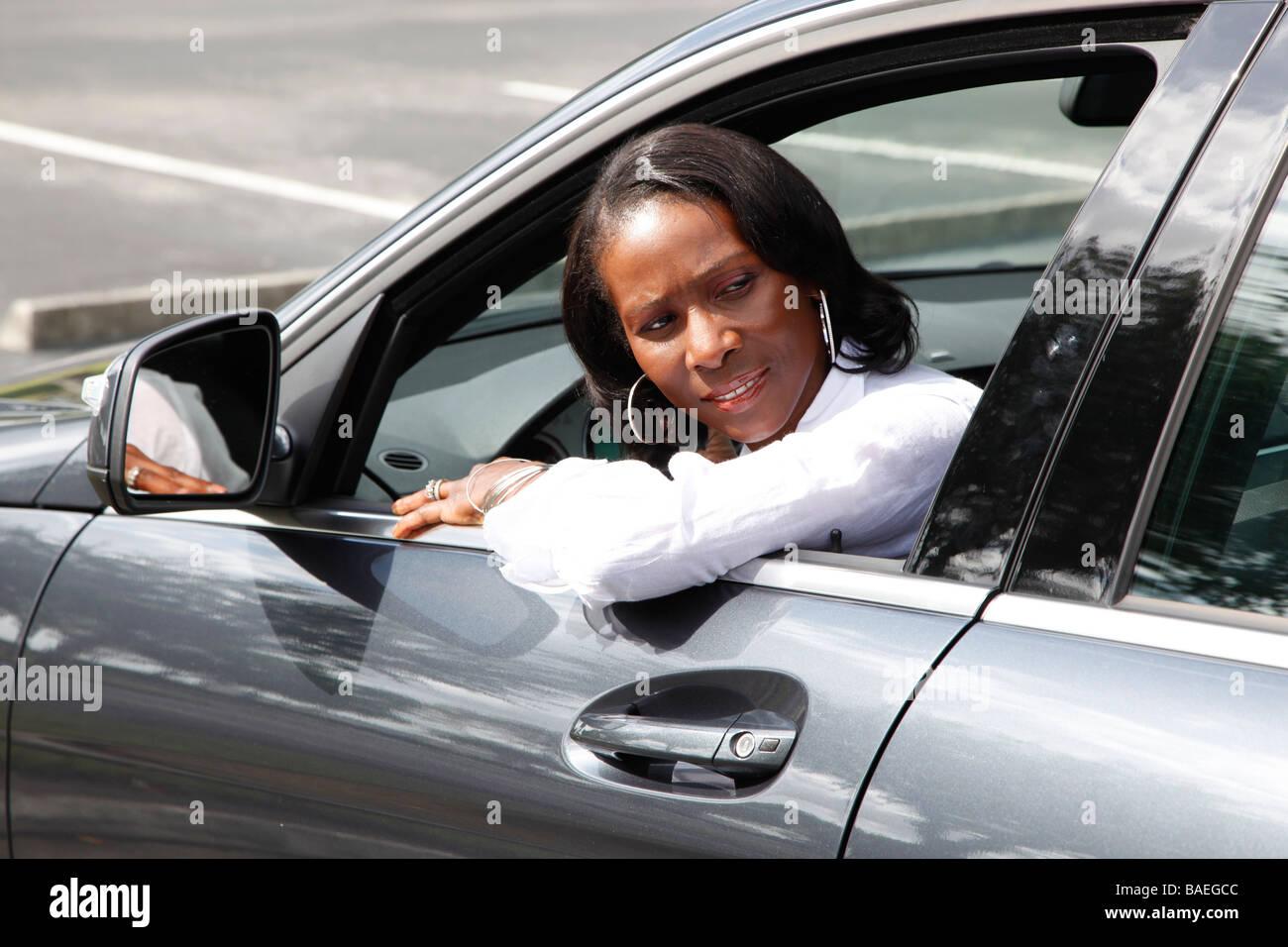 Frau aus Parkplatz umkehren Stockbild