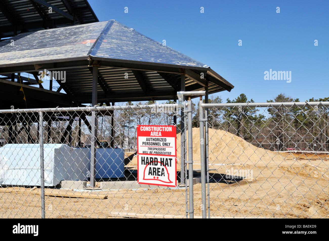 Baustelle] mit Metall Rahmen Gebäude [Maschendrahtzaun] und [Zeichen ...