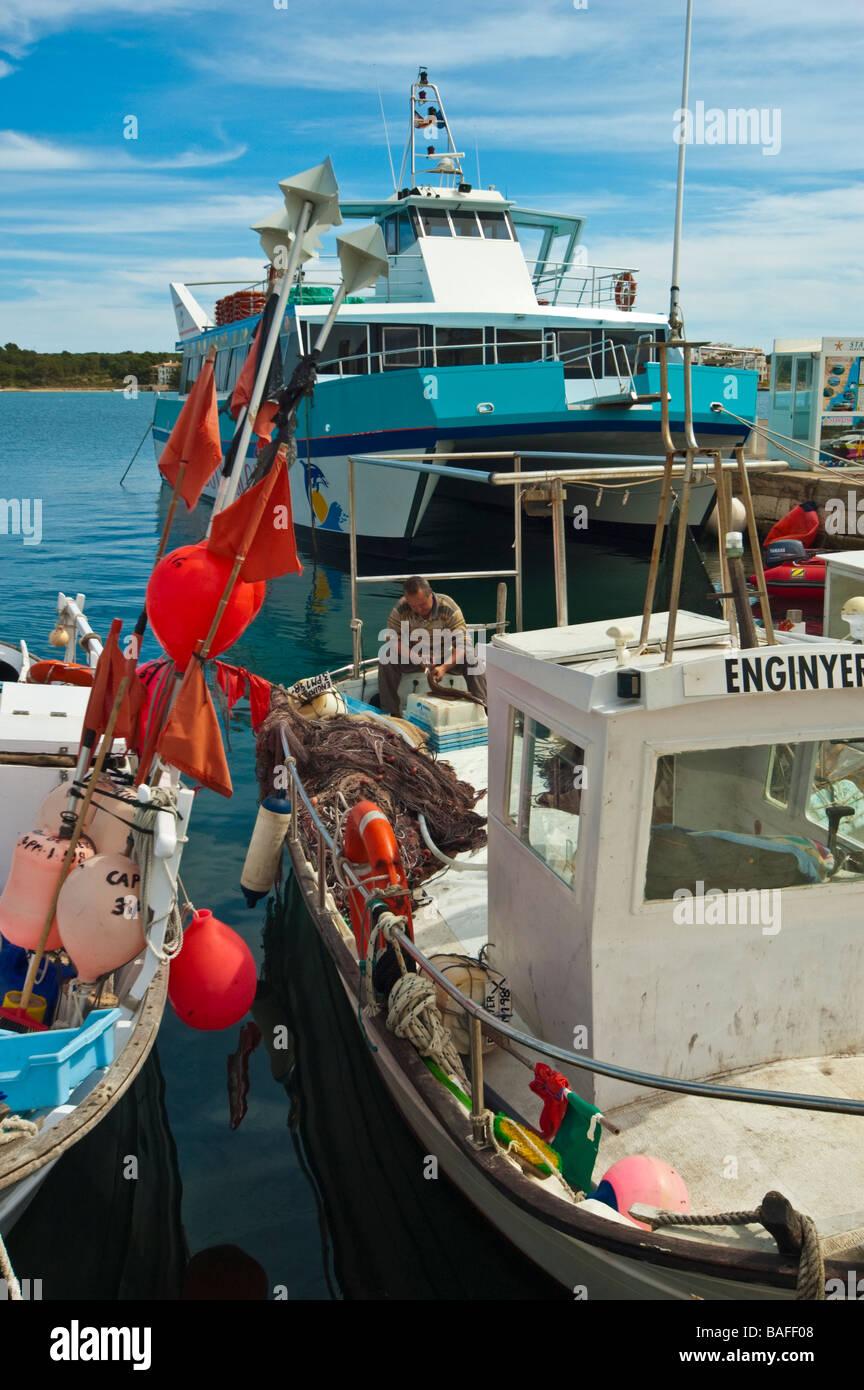 Klassische Llaud Fischerboot bei Porto Colom Mallorca Balearen Spanien | Klassisches Llaut Fischerboot in Porto Stockbild