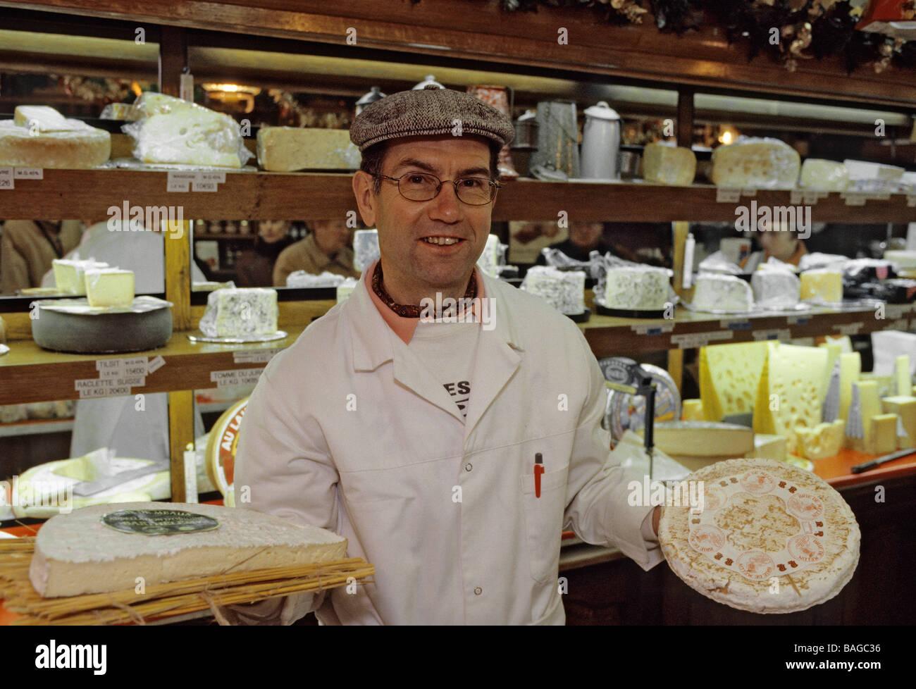 Frankreich, Seine et Marne, Melun, 9 Rue Carnot, Käser Jacky Boussion zeigt seine Bries de Melun und Bries Stockbild