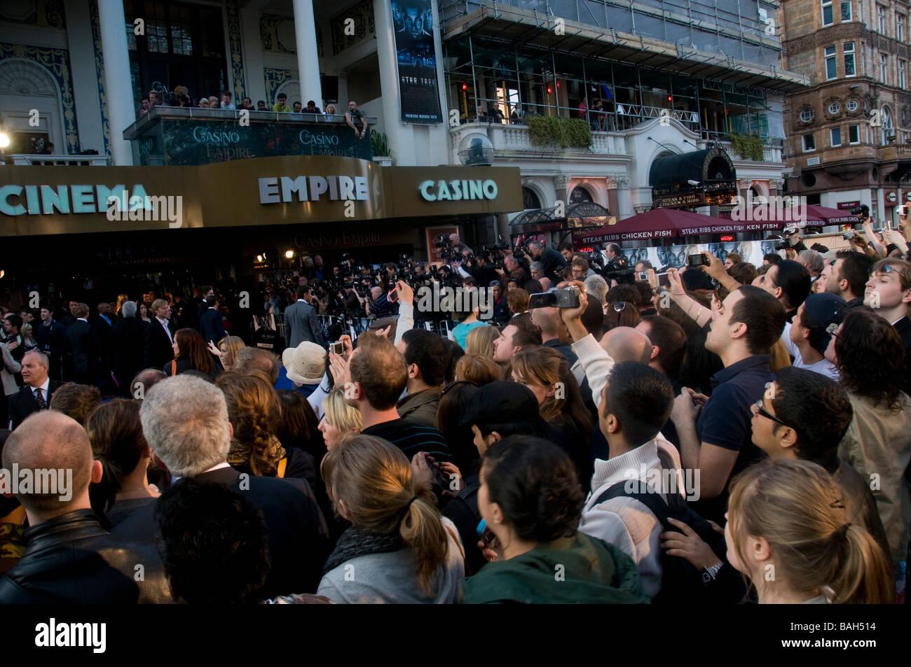 Menge, die versuchen, einen Einblick in die Sterne bei der Premiere für den neuen Star Trek Film in Leicester Stockbild