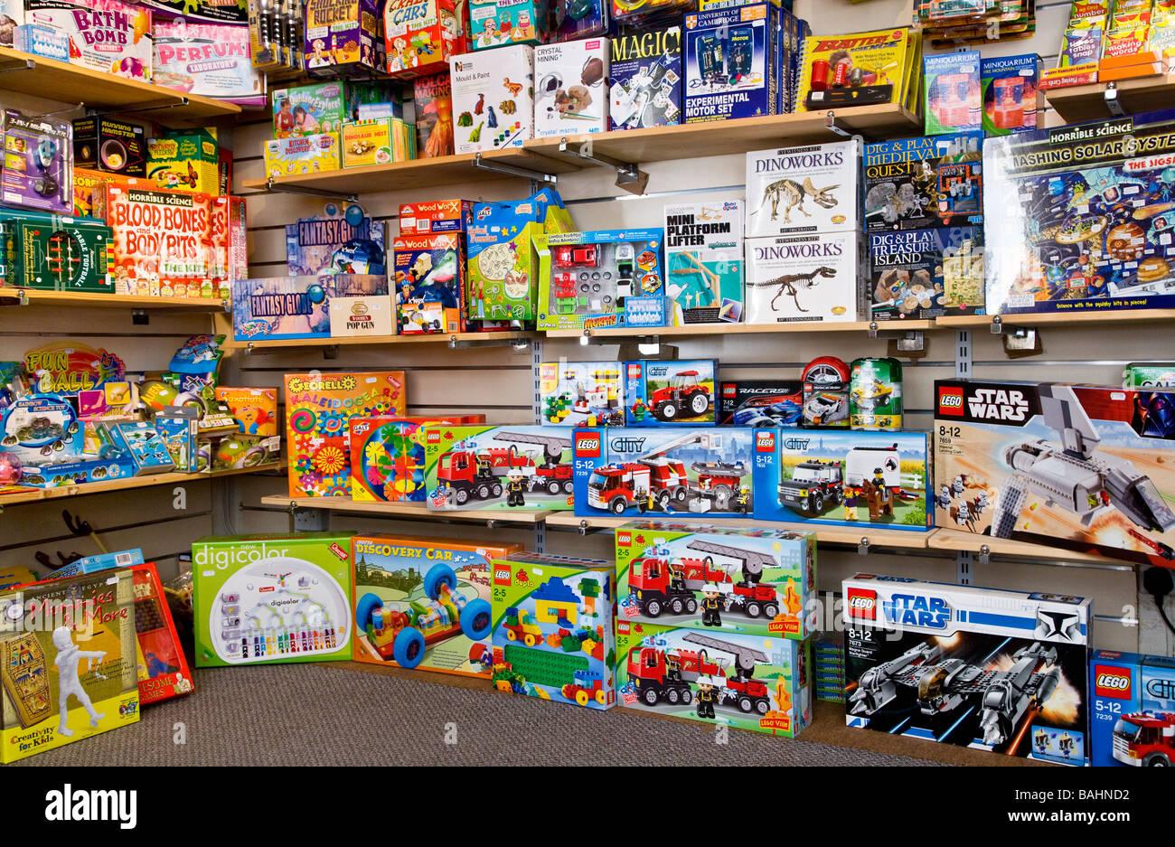 Boxen von kreatives Spielzeug und Spiele für Kinder in den Regalen in einem Spielzeugladen oder Shop Stockbild