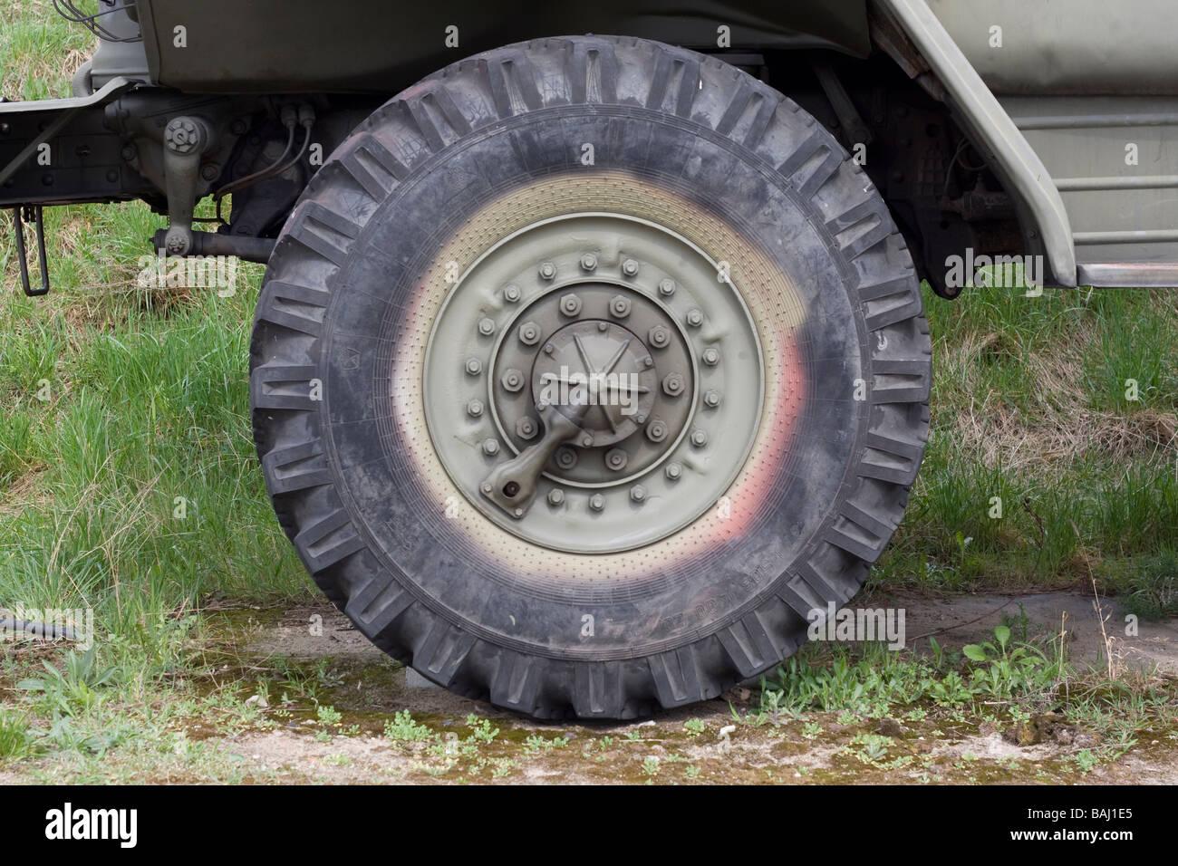 Militär-Lkw-Rad Stockfoto, Bild: 23753245 - Alamy