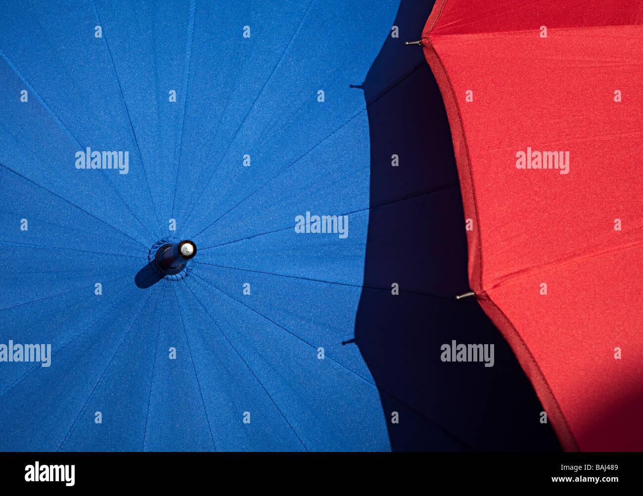 Blaue und rote Sonnenschirme Stockbild