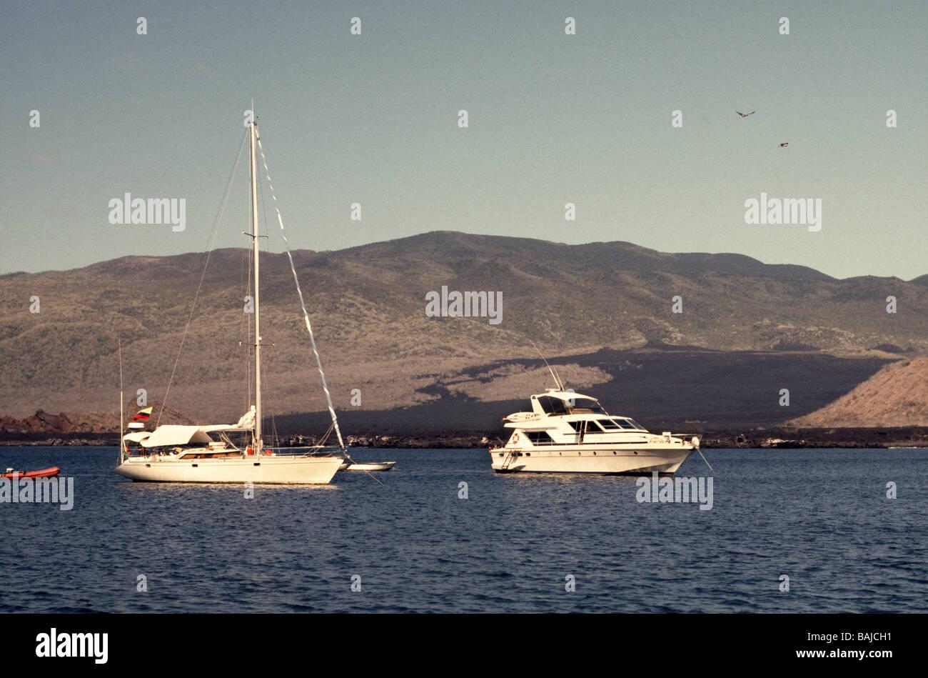 Galapagos Islands.James Insel mit touristischen Boote vor der Küste verankert. Beachten Sie die vulkanischen Stockbild