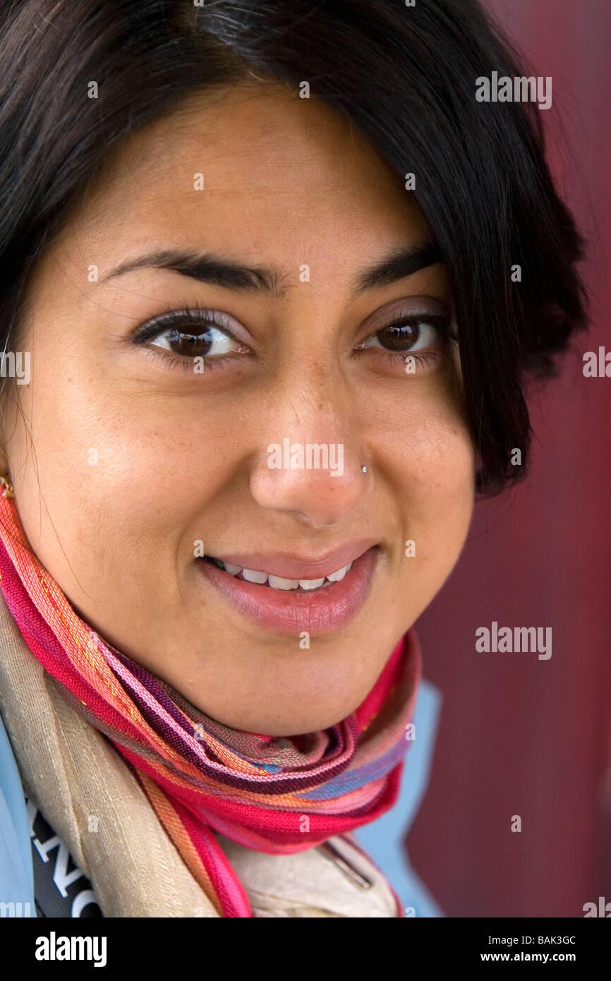 Porträt der pakistanische Frau Tourist in Ha Long Bay Vietnam Stockbild