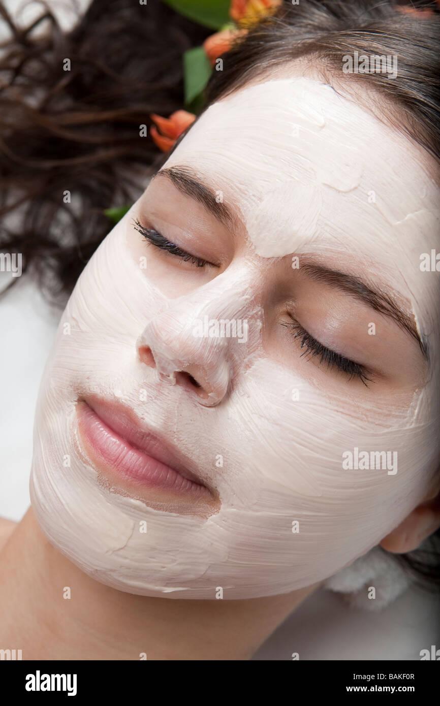 Junge Frau, die immer einer Gesichtsbehandlung in einem spa Stockbild