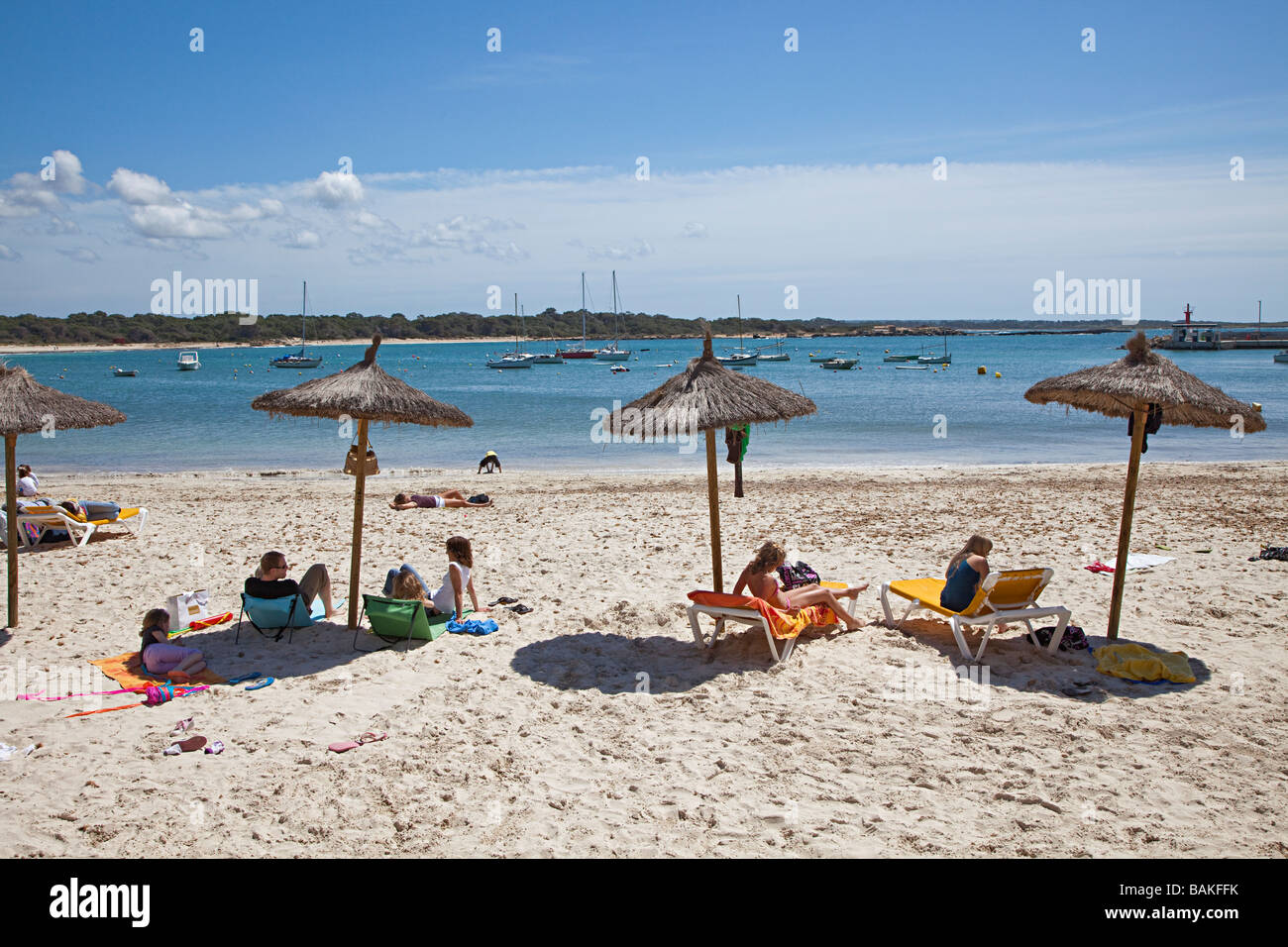 Menschen unter Schatten Sonnenschirme am Strand Colonia de Sant Jordi-Mallorca-Spanien Stockbild
