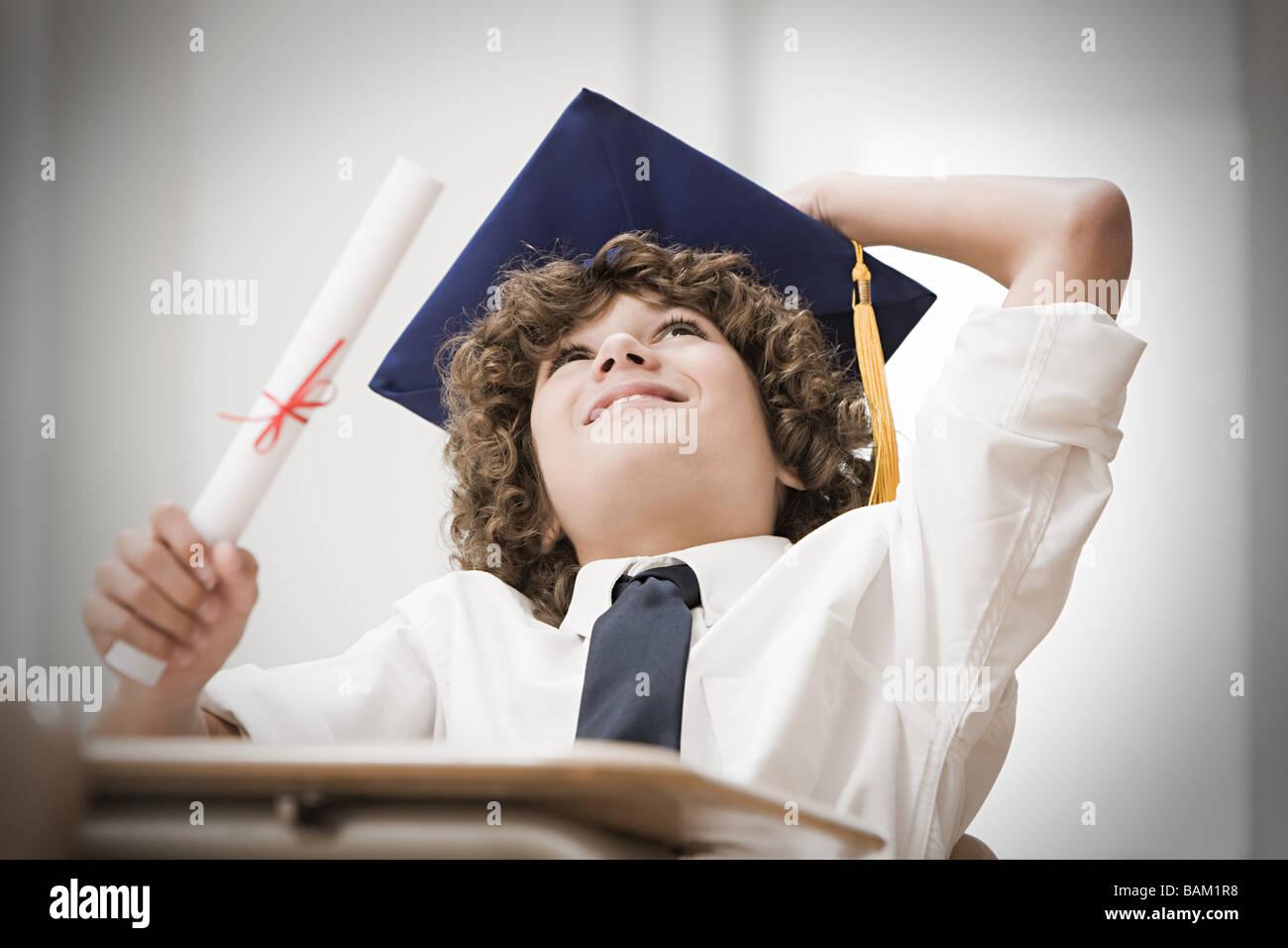 Graduierenden Jungen Nachschlagen Stockbild