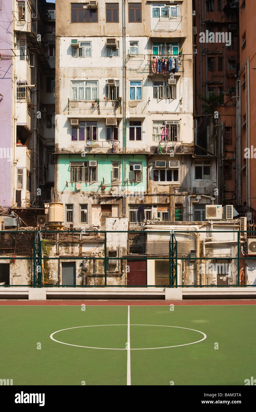 Basketballplatz und Gebäude in Hong kong Stockbild