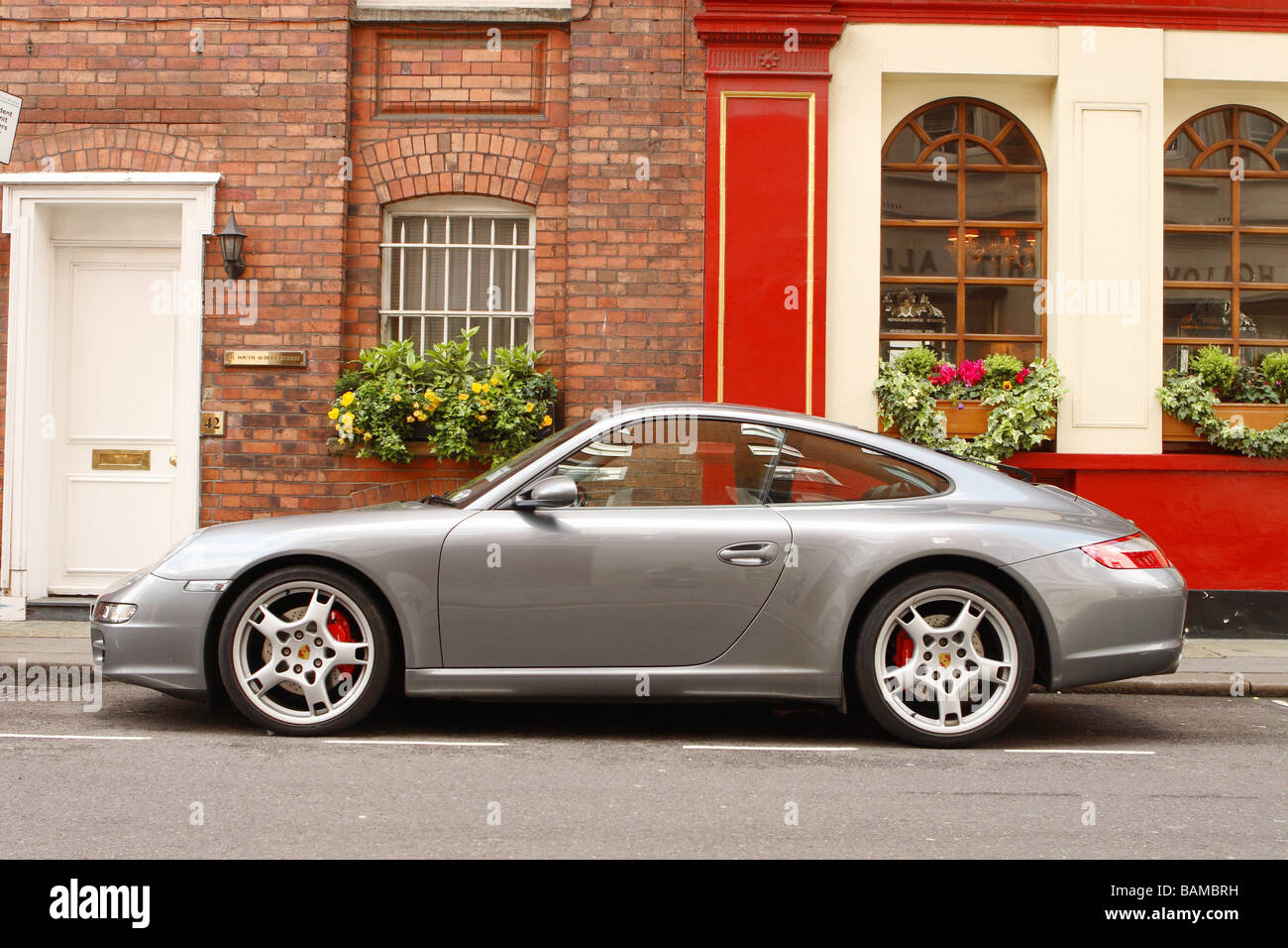 Porsche Carrera S London Luxus-Sportwagen in der exklusiven Adams Zeile Straße in Mayfair London geparkt Stockbild