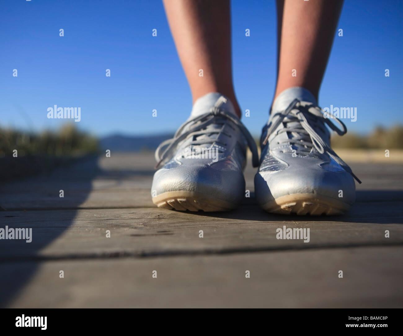 Füße auf dem Boden Stockbild
