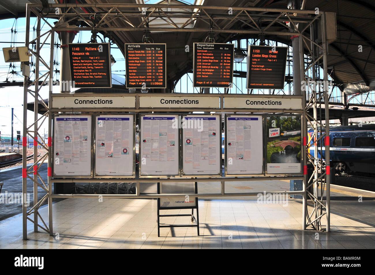 Ankünfte und Abflüge zeigt, Hauptbahnhof Newcastle, England Stockbild