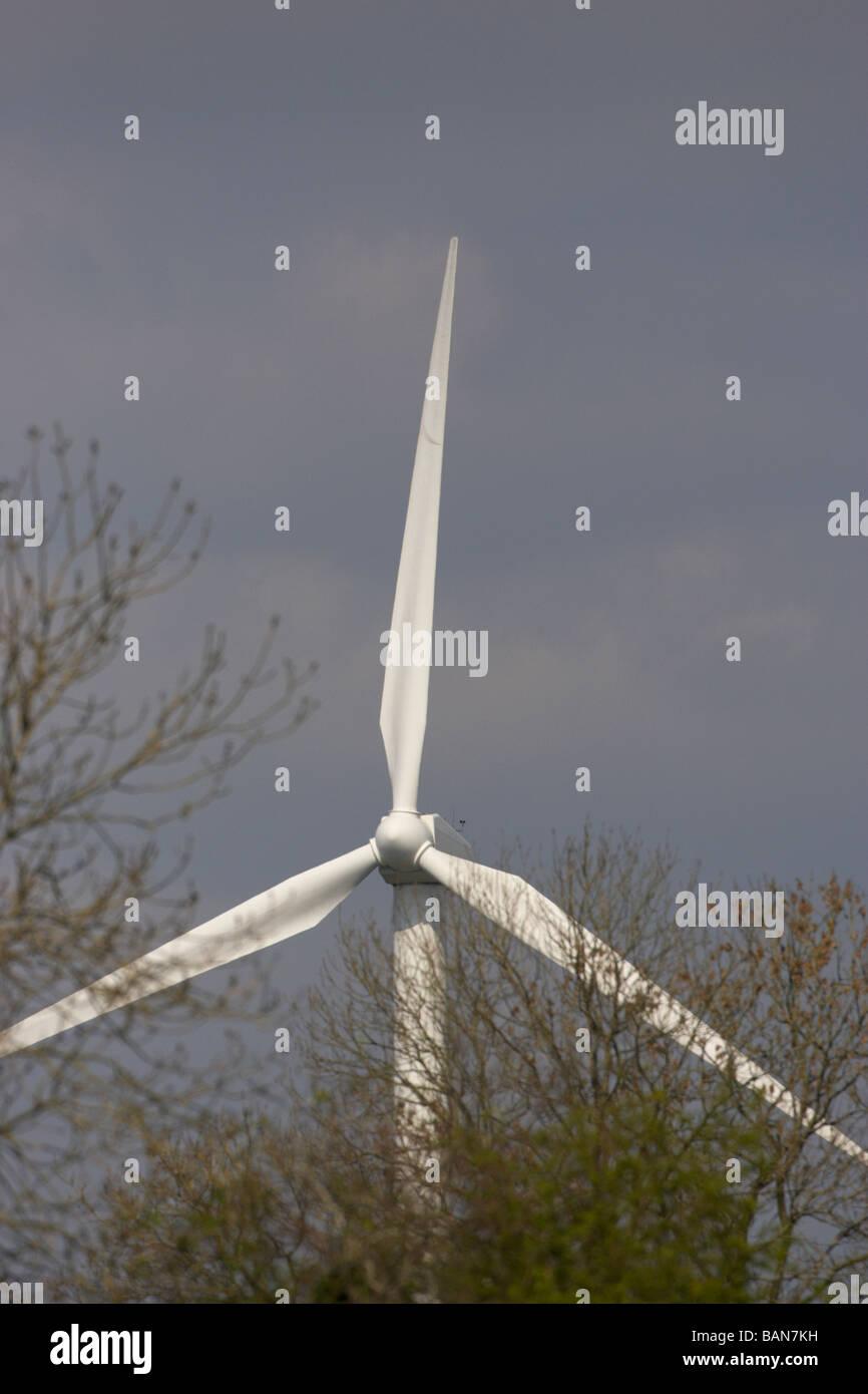 große einzelne Windkraftanlage zur Stromerzeugung für eine kleine Fabrik oder ein Krankenhaus in einer Stockbild