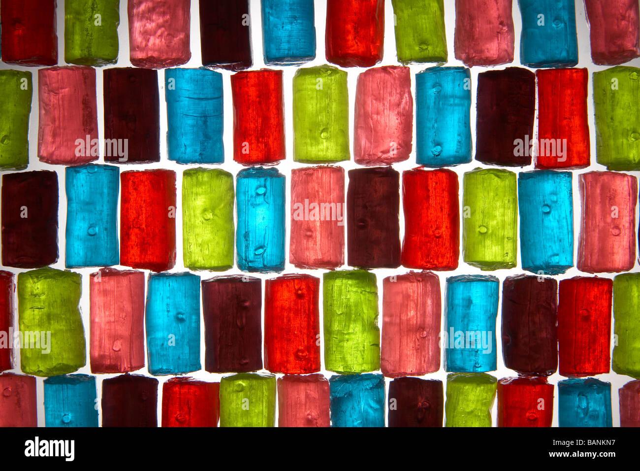 bunte durchscheinende rechteckige Bonbons in Zeilenmuster Stockbild
