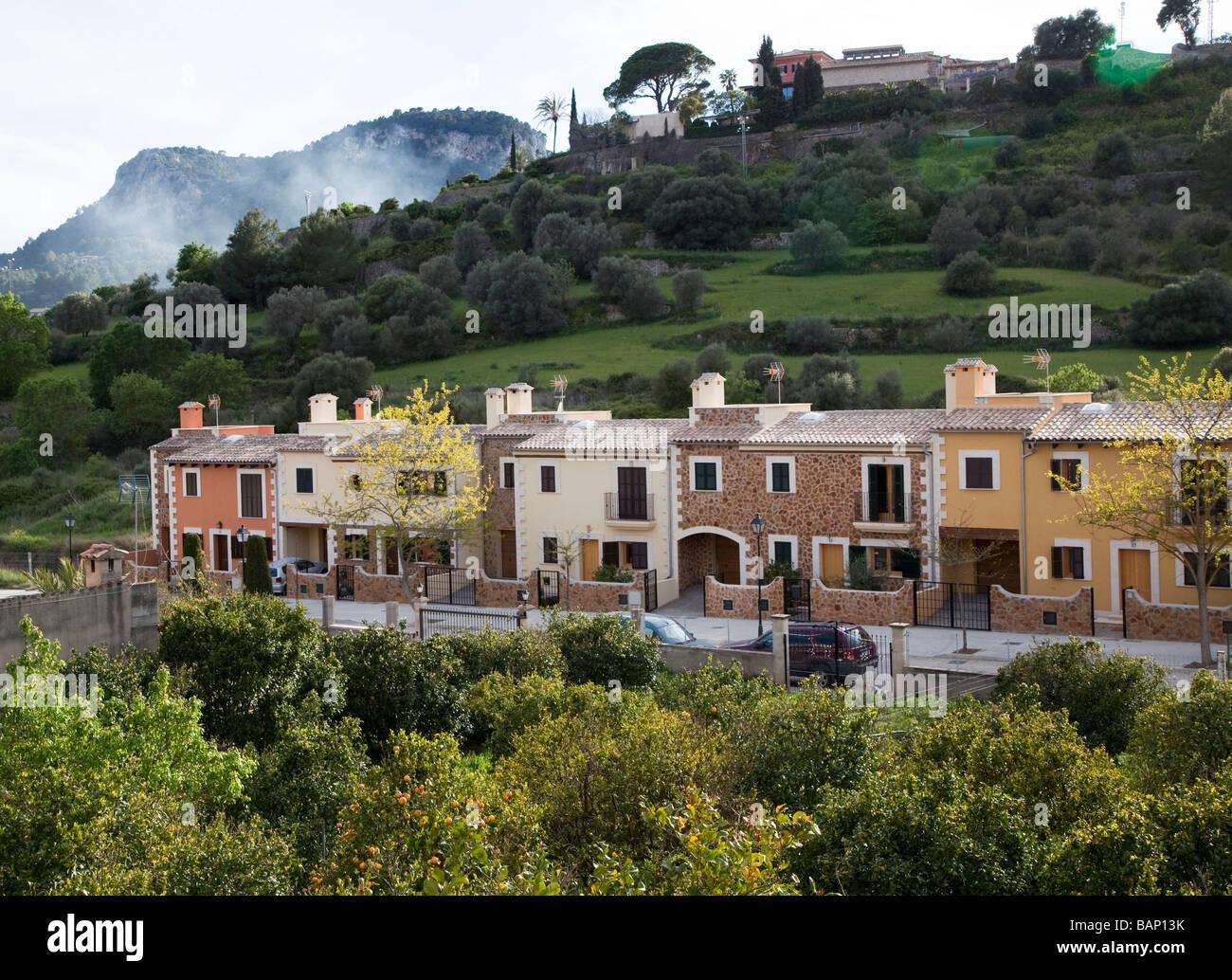 Moderne Reihenhäuser erbaut im traditionellen Stil der lokalen ...