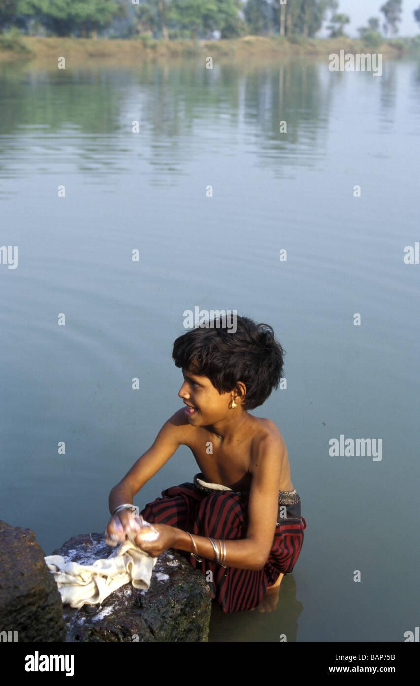 Ein junge Wäsche waschen im Dorfteich, Orissa, Indien Stockfoto