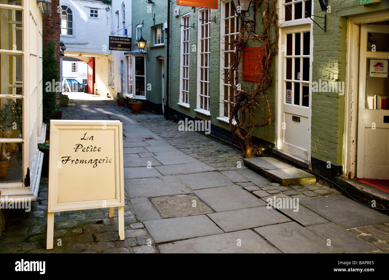 Fußgängerzone Einkaufs Gasse bekannt als Hughenden Hof in der typisch englische Marktstadt Marlborough, Stockbild