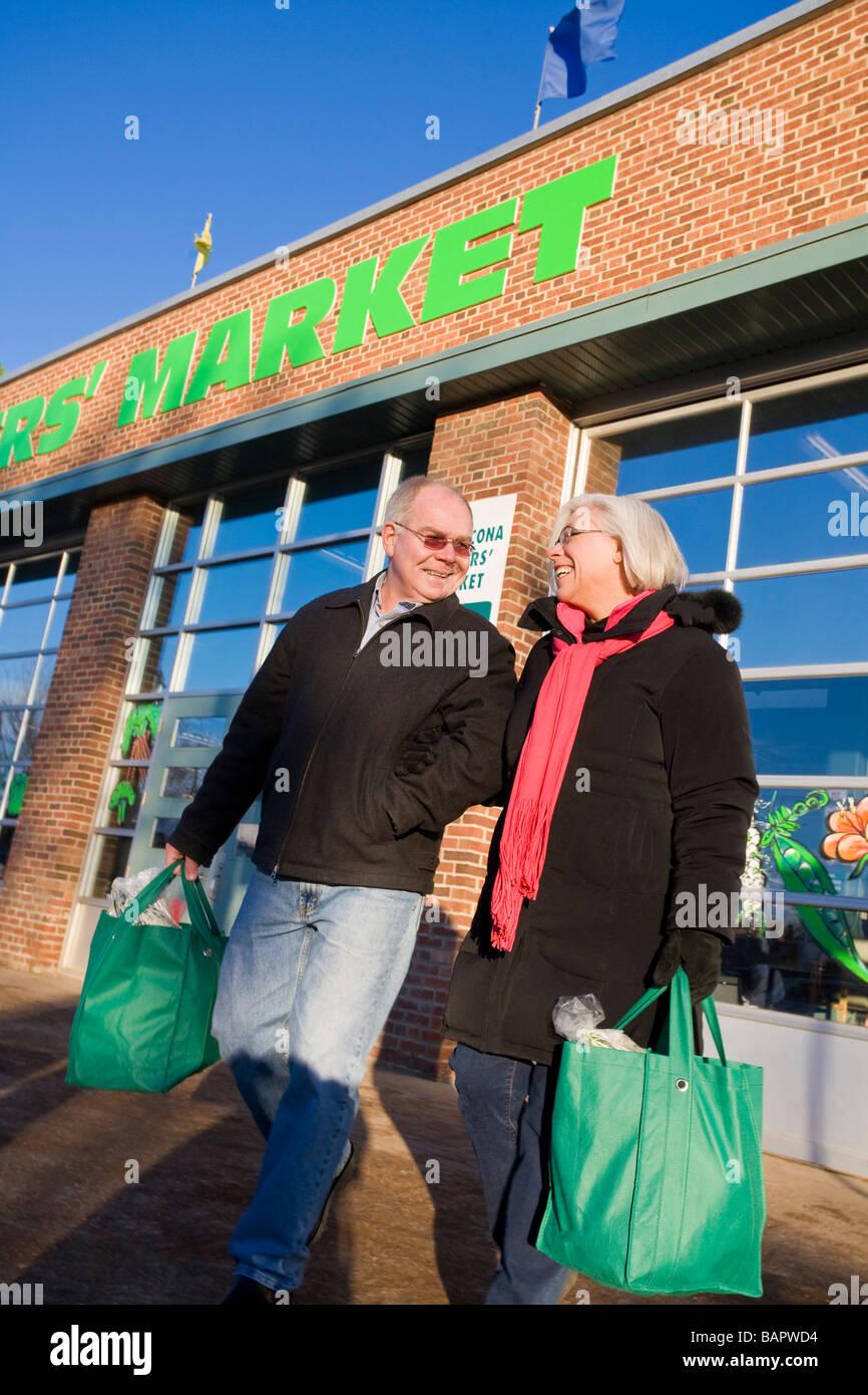 4063c3c773 Paar zusammen einkaufen; Paar auf einem Bauernmarkt einkaufen Stockbild