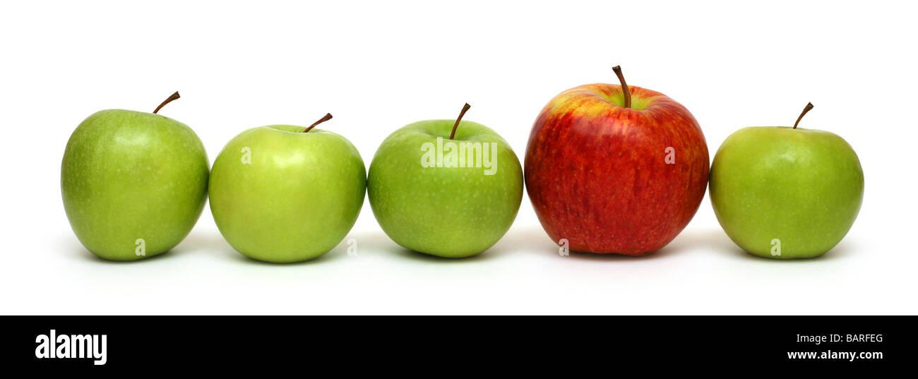 unterschiedliche Konzepte roten Apfel zwischen grünen Äpfeln Stockfoto