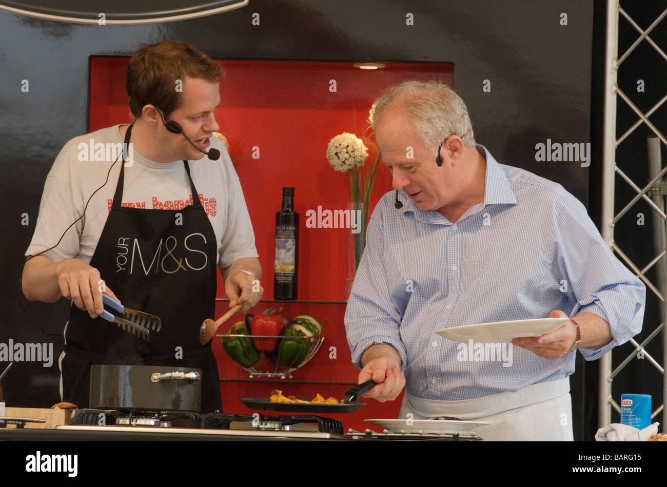 Aldeburgh Nahrungsmittelmesse Snape Maltings Suffolk UK Matthew Fort und Tom Parker Bowles geben Essen Demo Foto Stockfoto