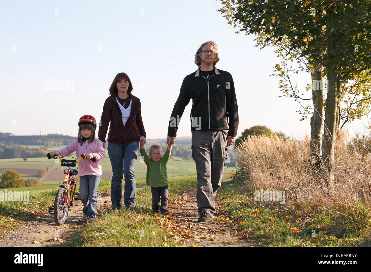 Junge Familie einen Spaziergang Stockbild