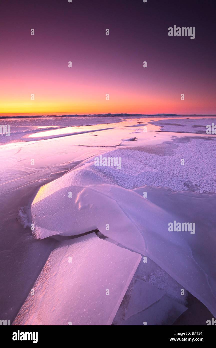 Ein zugefrorener See leuchtet im Morgendämmerung Stockbild
