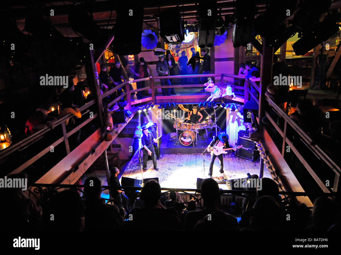 Ein Konzert in einer ehemaligen Windmühle (Muehles Hunziken), die zu einer trendigen Bar und Nachtclub in der Stockbild