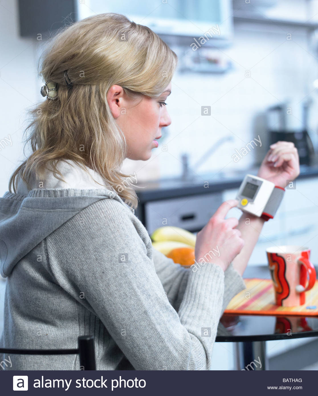 Frau unter Blutdruck Stockbild