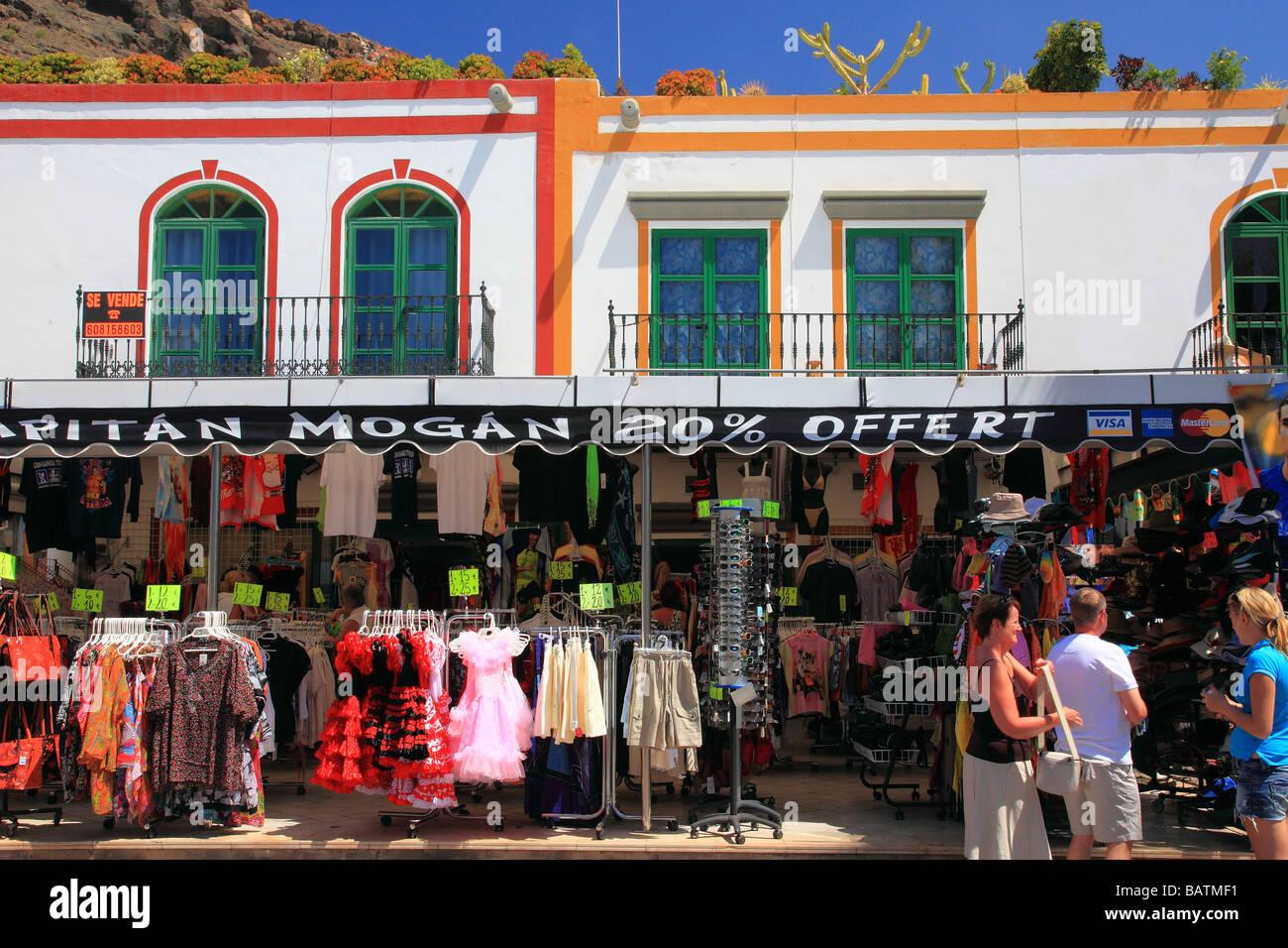 Tourtists, Häuser, Kanal- und Trauerweiden in Puerto de Mogan Gran Canaria Spanien Europa Stockbild