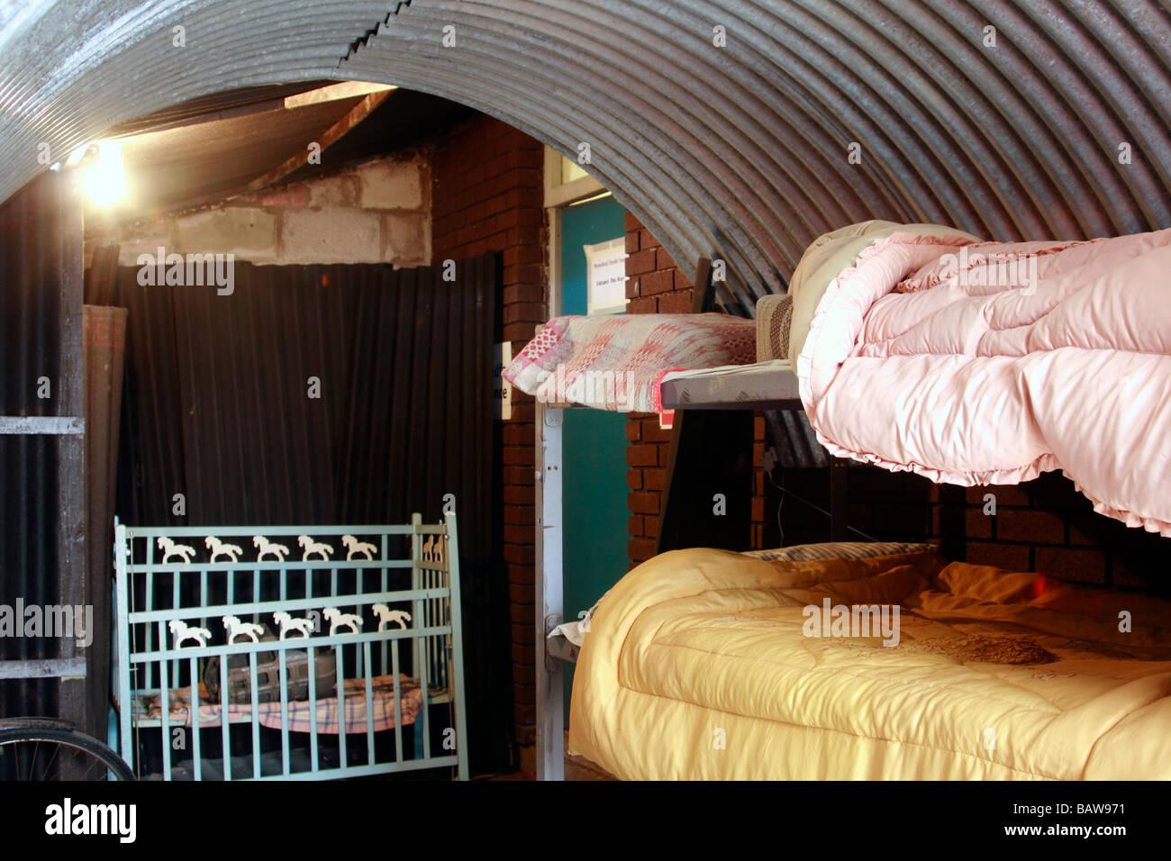 Anderson Schutz Mit Etagenbetten In Den 1940er Jahren Swansea Bay  Reenactment Stockbild