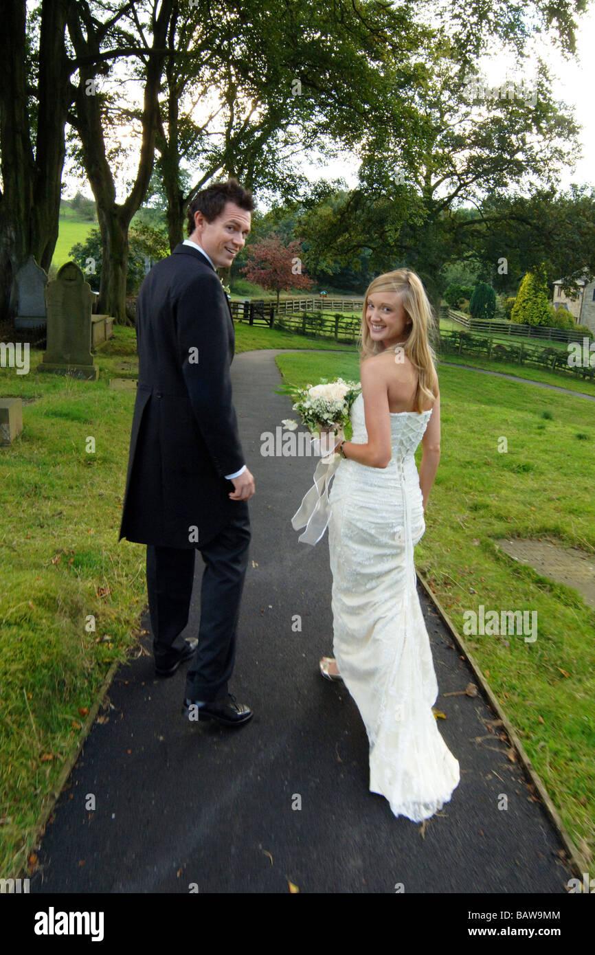 Junges Paar von Neuvermählten nur standesamtliche Trauung Kirche, North Yorkshire. UK Stockbild