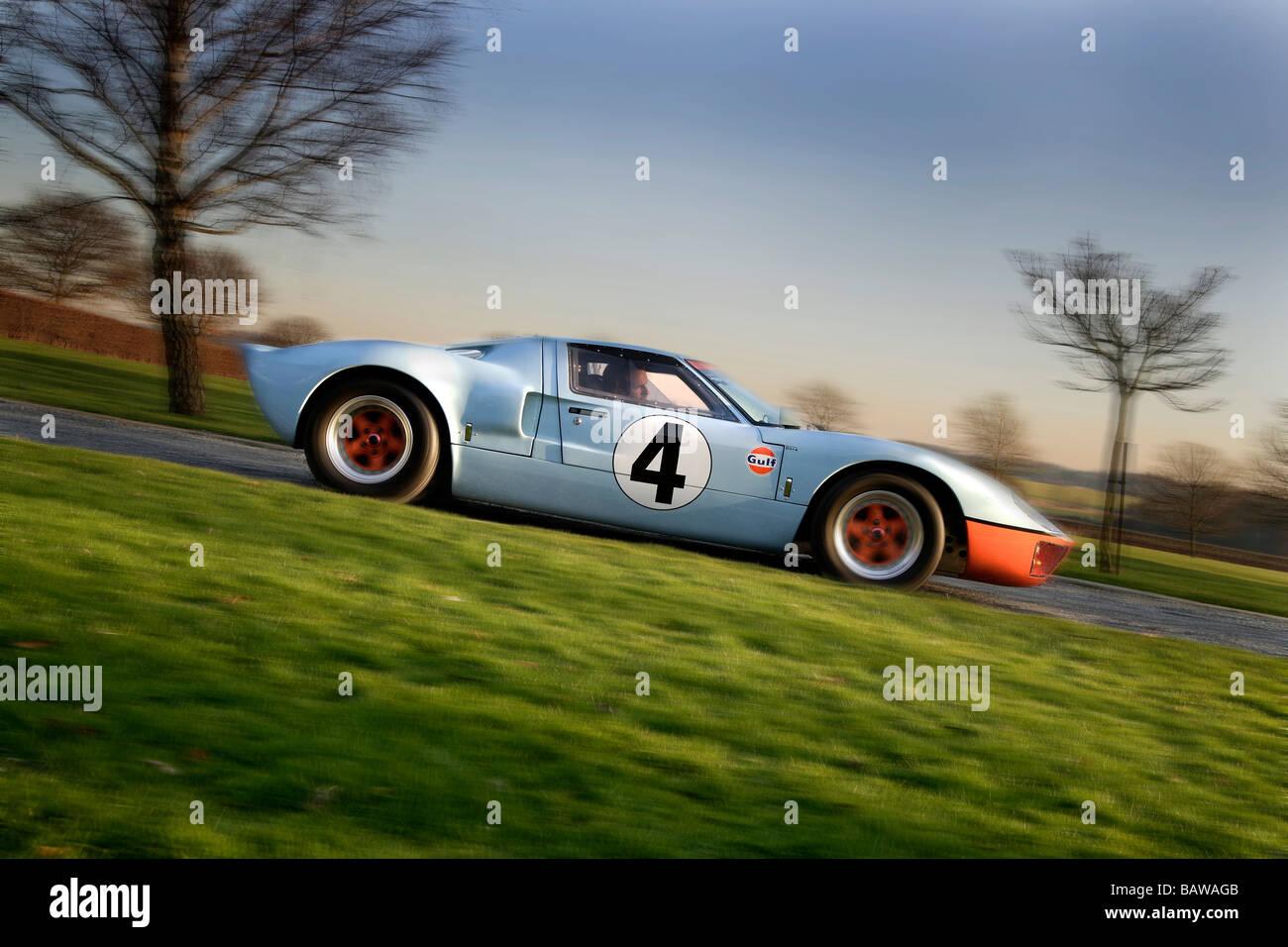 Ford gt40 in profile.blue / Orange Lackierung mit der Nummer 4 Decals schwenken Stockbild