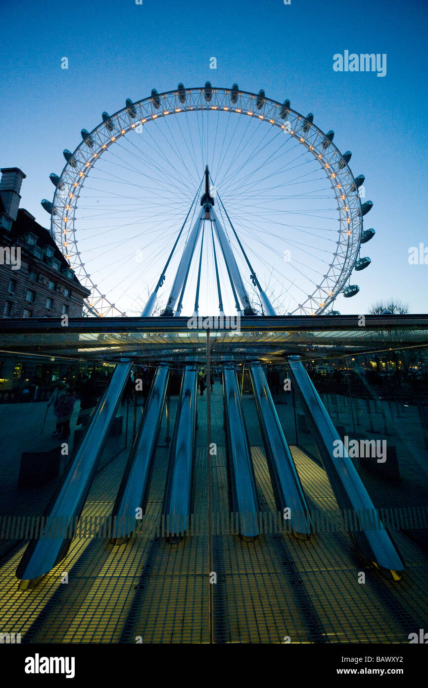 London Eye auf der Southbank am Ufer des Flusses Themse London England UK Stockbild