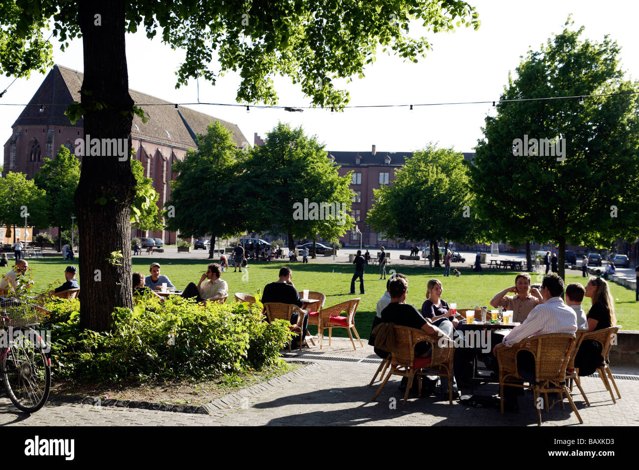 Leute sitzen in einem Café am Arts Centre, Kulturzentrum Kaserne, Basel, Schweiz Stockbild