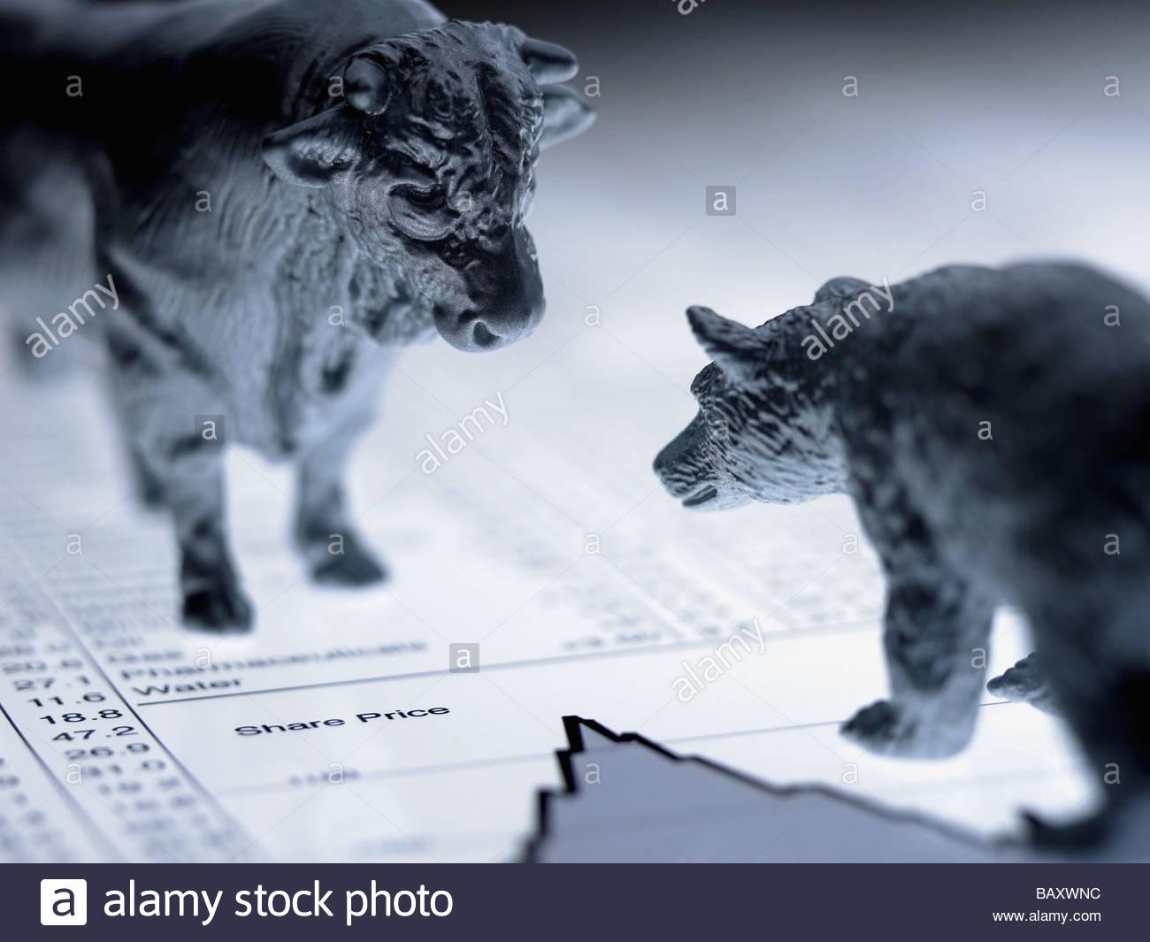 Bulle und Bär Figuren auf Liste der Aktienkurse Stockbild