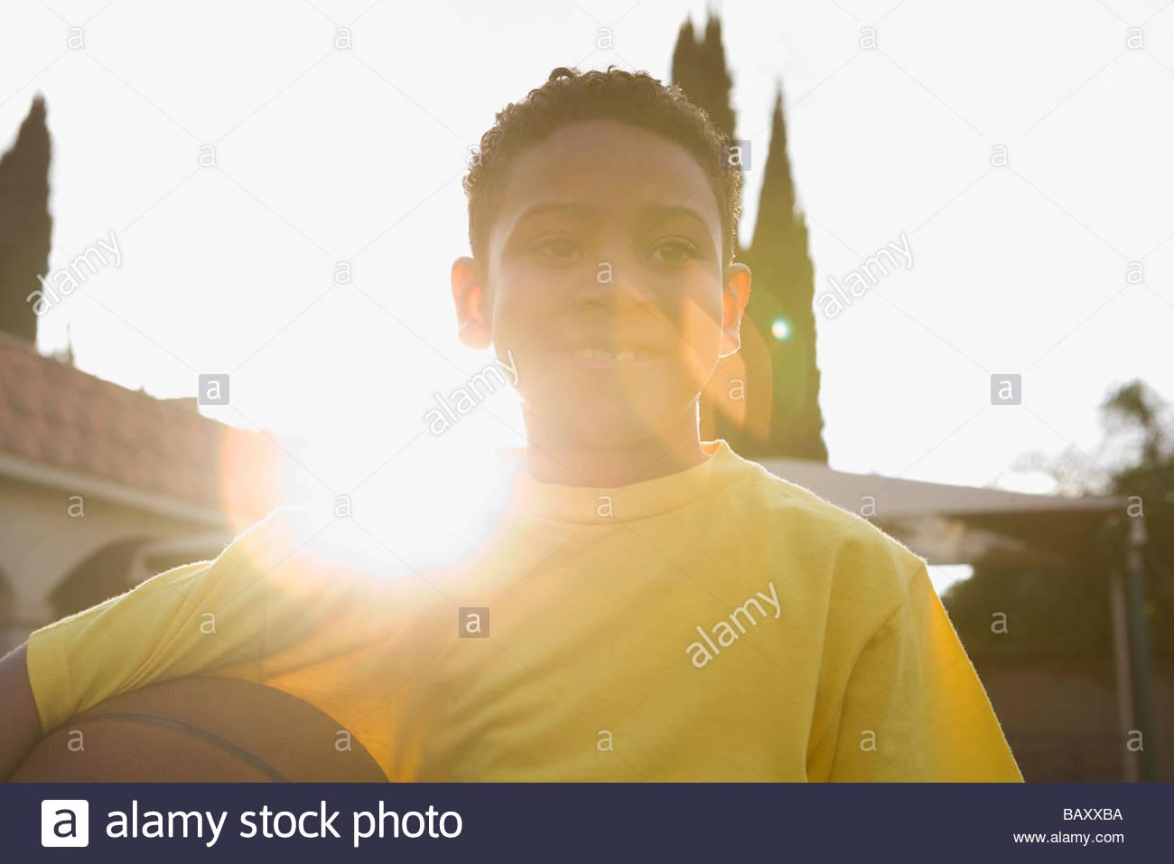 Boy Holding Basketball im freien Stockbild